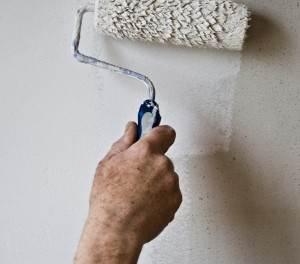 Schilder maakt muur wit